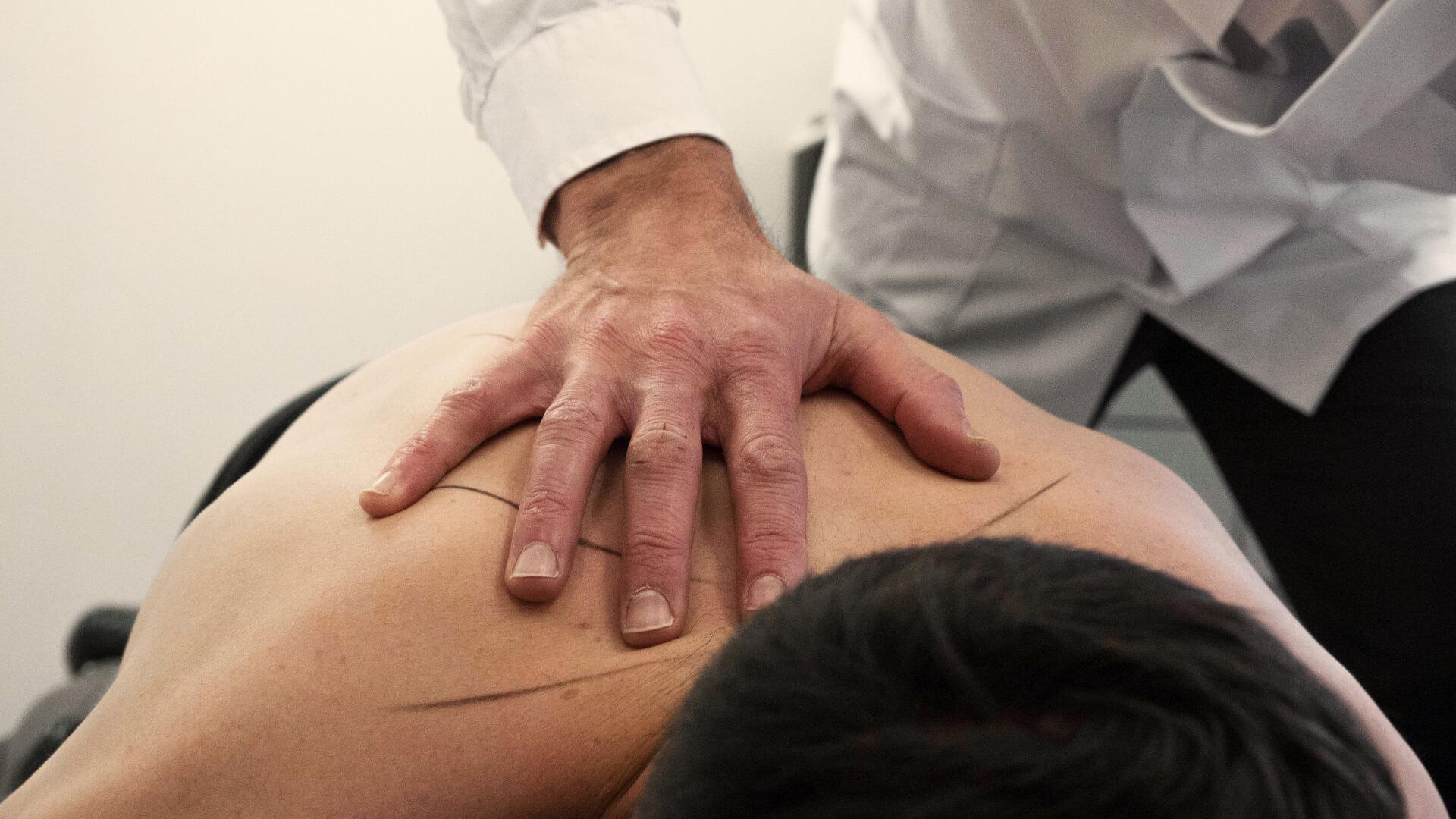 Detailfoto behandeling door chiropractor de RUGspecialist